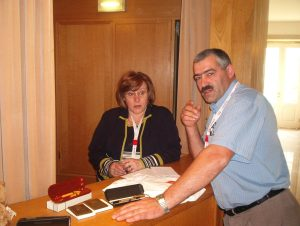 A Arminda e o Carlos Lopes afinavam a estratégia para a venda das medalhas e das canetas...